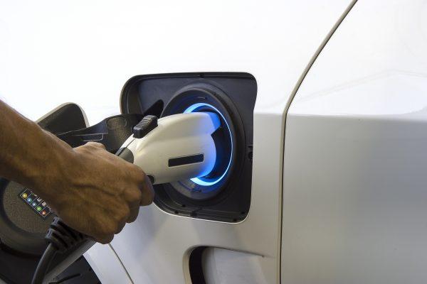 Aufladen eines Elektroautos by AdobeStock